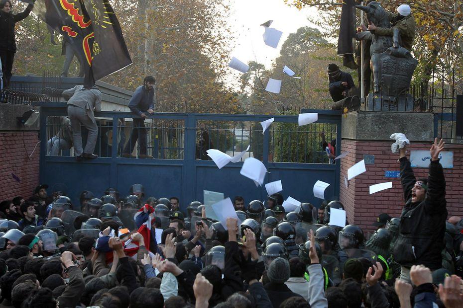 Ausschreitungen in teheran demonstranten stürmen in der iranischen