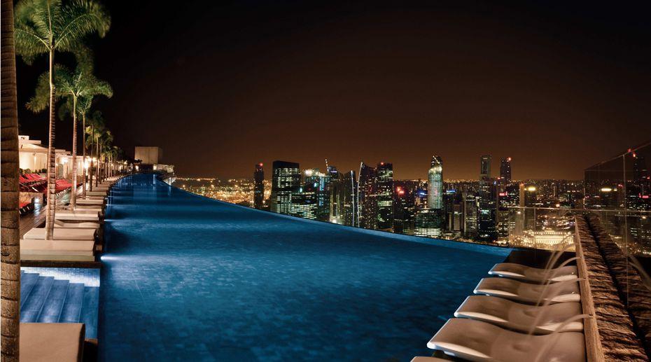Hoch und auf dem sich der 146 meter lange infinity pool befindet