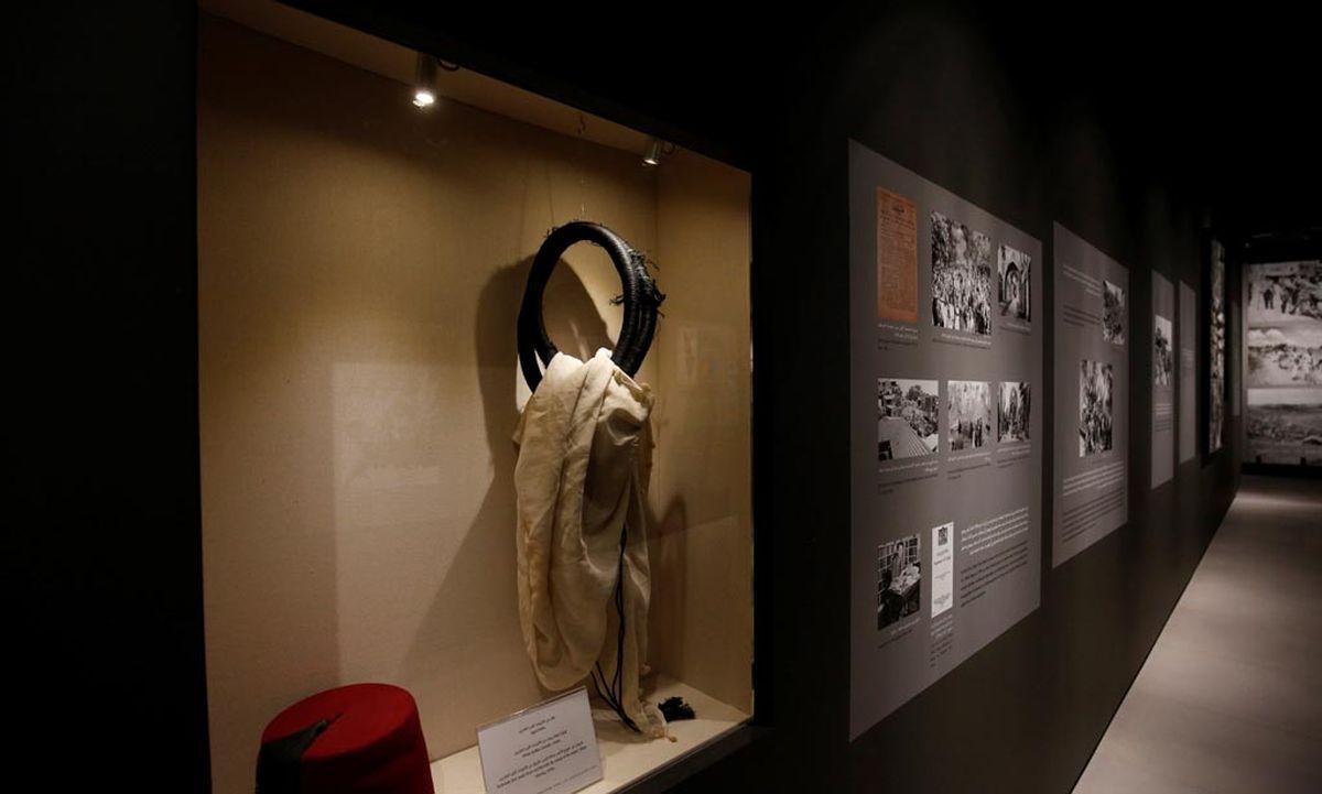 arafats brille und gasmaske als museumsst cke. Black Bedroom Furniture Sets. Home Design Ideas
