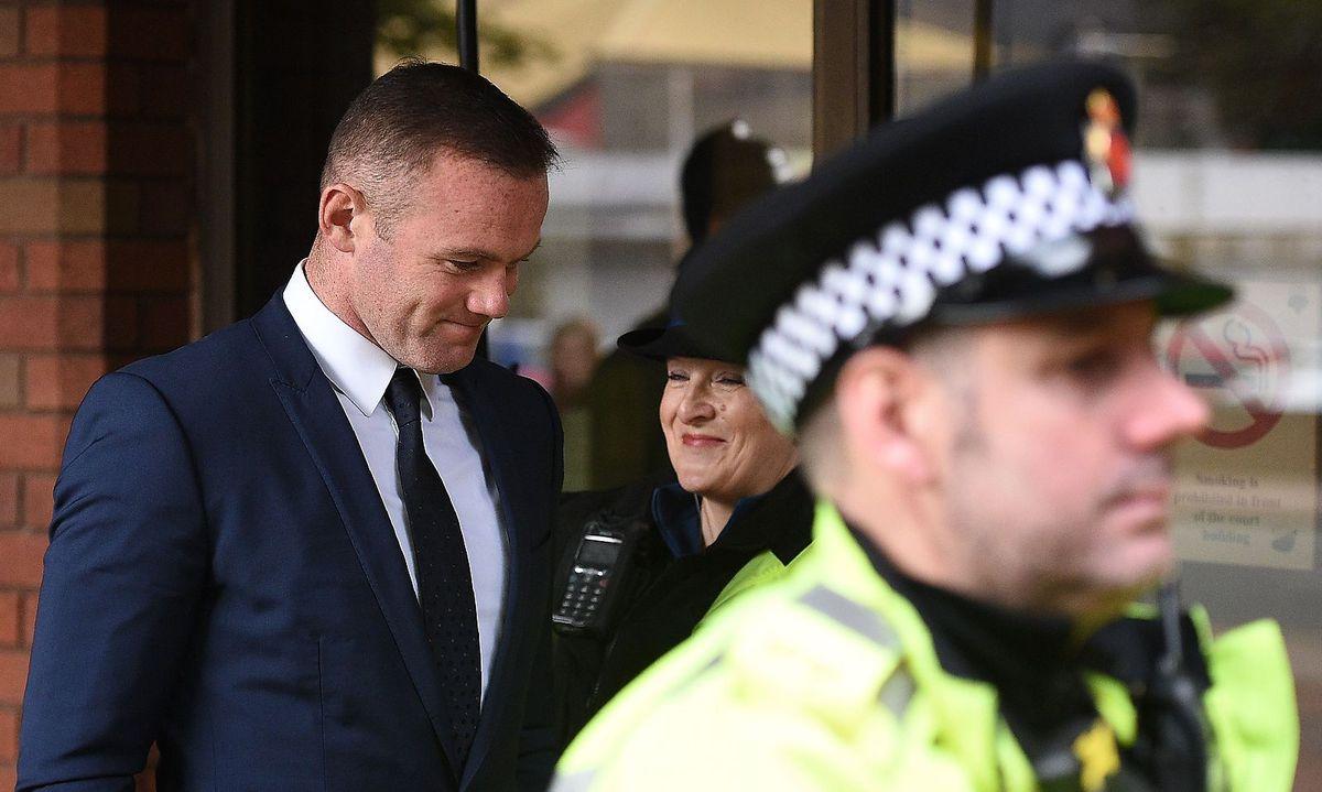 Der englische Fußballstar Wayne Rooney ist wegen einer Alkoholfahrt zu 100  Stunden Sozialarbeit verurteilt worden. Hinzu kommt ein Fahrverbot von zwei  ...